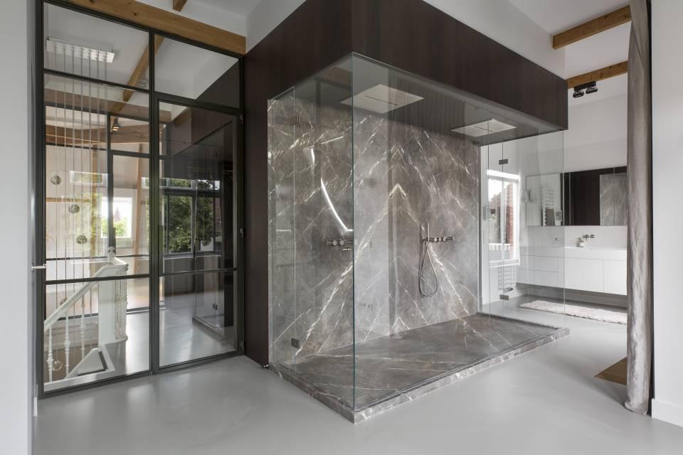 Villa Haarlem Wilhelminapark. Studio Ruim. Interieur © Daniel Nicolas #binnenkijken #villa #haarlem #architectuur #interieur #studioruim #himacs #badkamer #inloopdouche