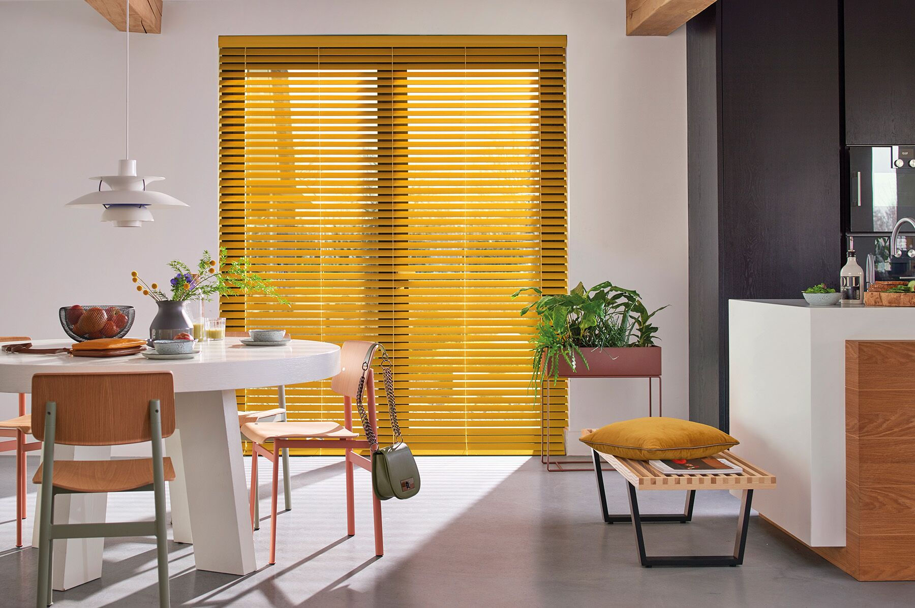 Luxaflex houten jaloezieen in trendkleuren. Mosterdgeel voor een warme basis