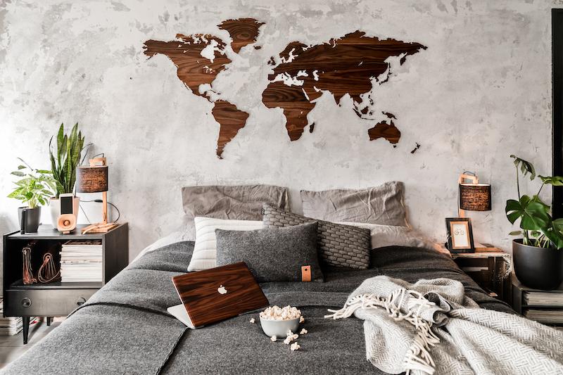 Wereldkaart aan muur van Walnotenhout van Wooden Amsterdam en houten laptop Cover van Rauw #slaapkamer #hout #design