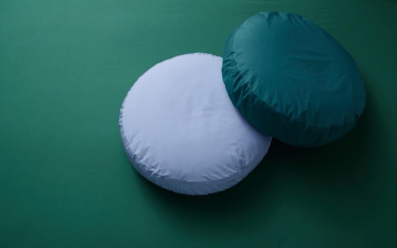 Bigdot hoofdkussen en bijzettafel in bed #slaapkamer