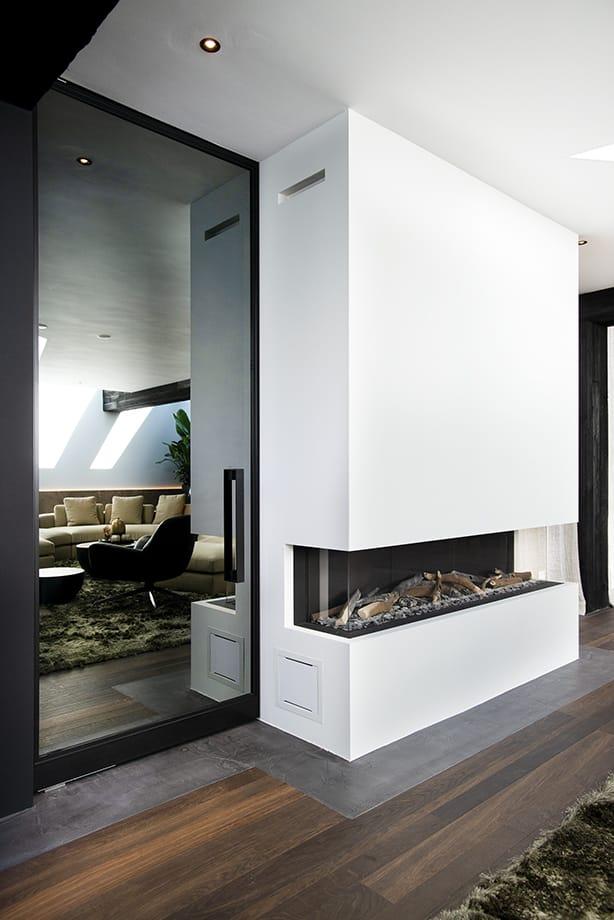 Glazen deur in het interieur op maat gemaakt door Stylish Glass #interieur #glas #glazendeur #haard #stylishglass #glasproject #design