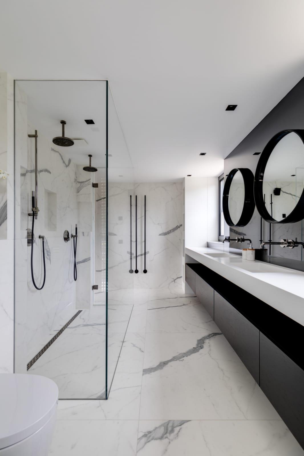 Badkamer met glazen wand en grote spiegels door Stylish Glass #badkamer #badkamerontwerp #design #glazenwand #stylishglass #waalwijk