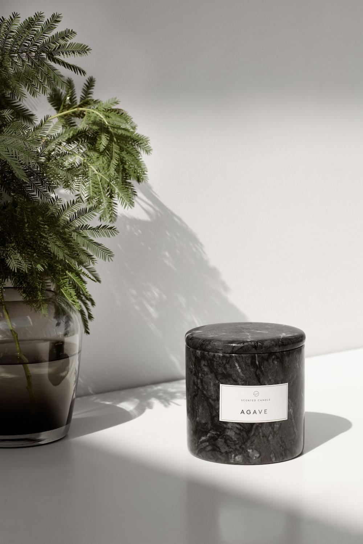Geurkaarsen in marmeren houder. Blomus Frable collectie #geurkaarsen #marmer #interieur #blomus