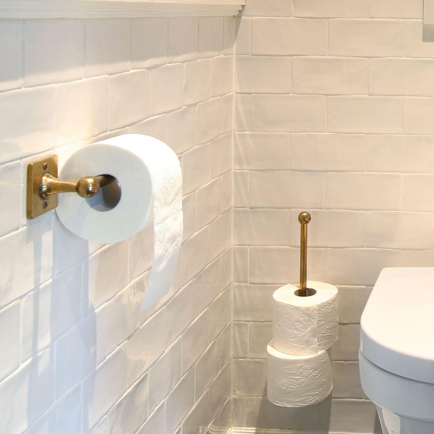 Dauby ruw brons gepolijst voor het toilet. Het materiaal dat voor warmte en glans zorgt in 2020