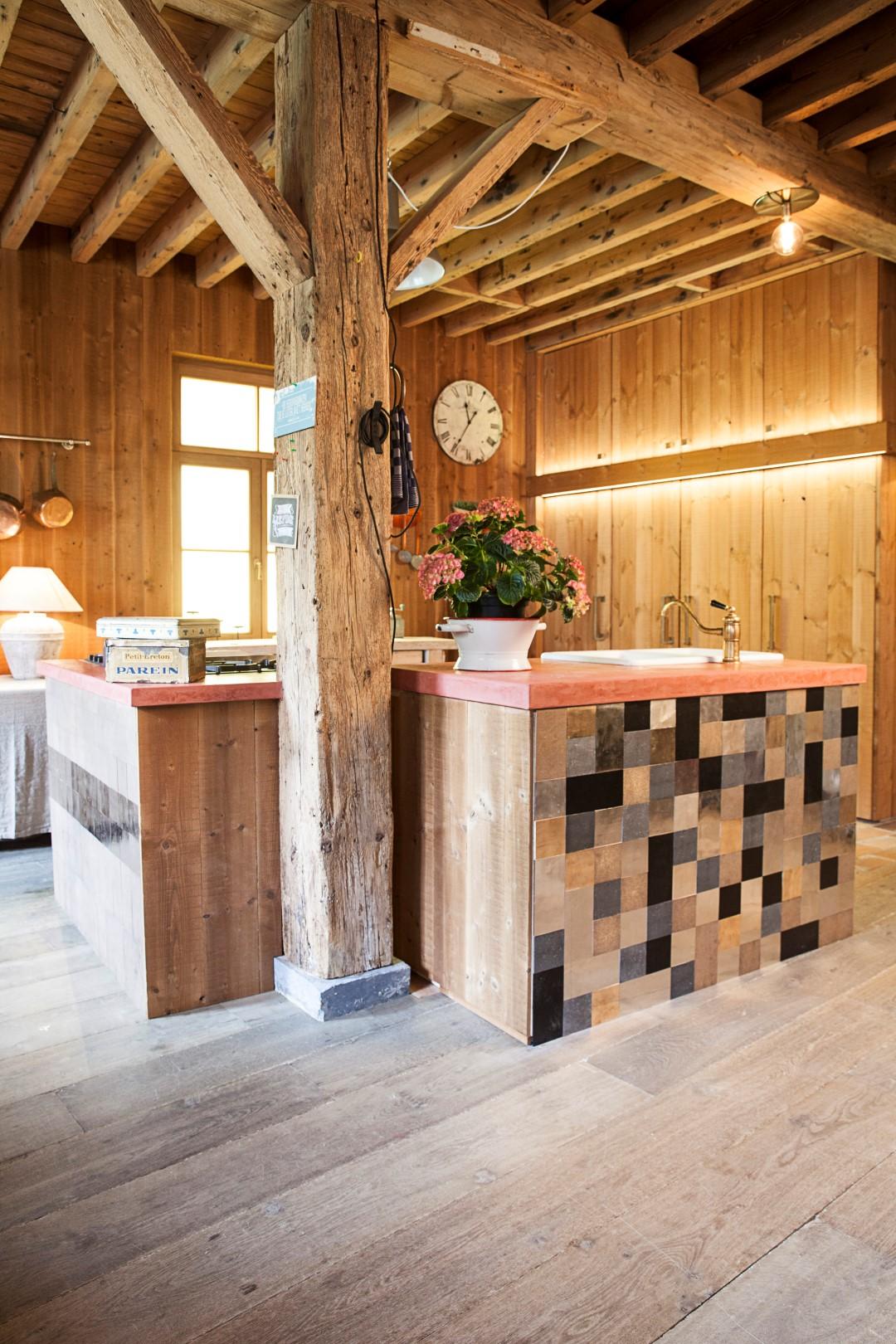 Landelijke houten keuken met keukeneiland met wandtegels tegelmix Pure Tiles