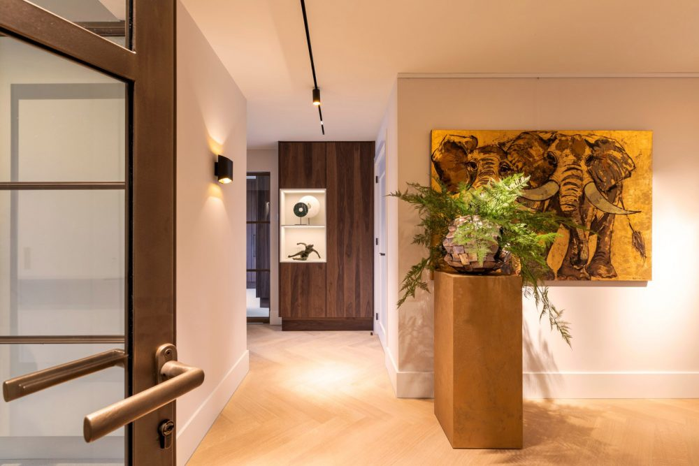 Interieurtrends 2021. Eclectische stijlen, kleurenpallet van aardetinten, grote decoratieve stukken, bronzen deurbeslag #interieur #interieurtrends #eclectisch #deurbeslag #dauby