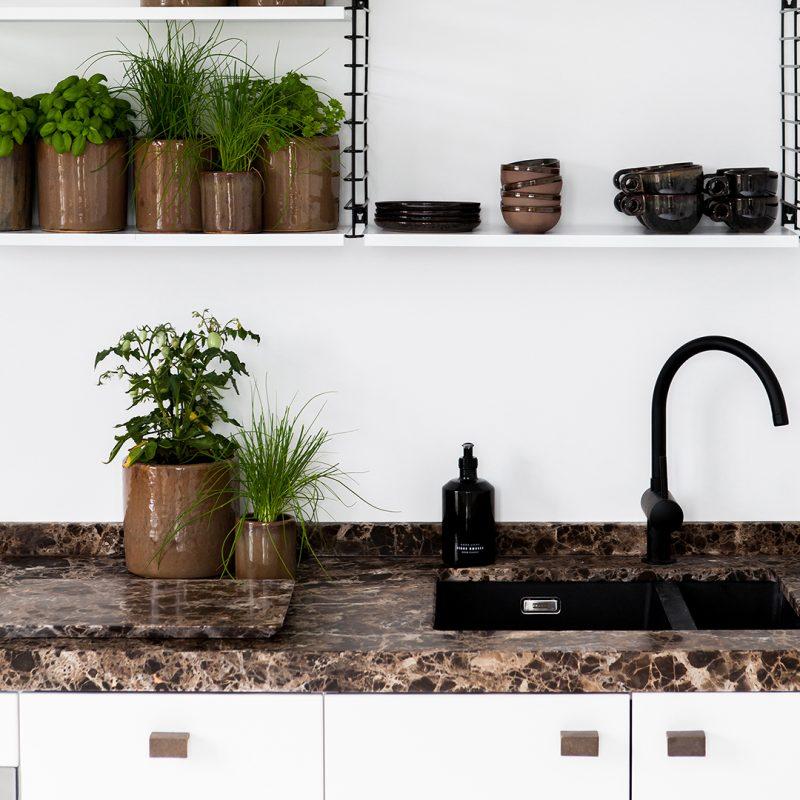 Interieurtrends duurzaamheid. Keuken met bronzen meubelbeslag #keuken #interieurtrends #duurzaamheid