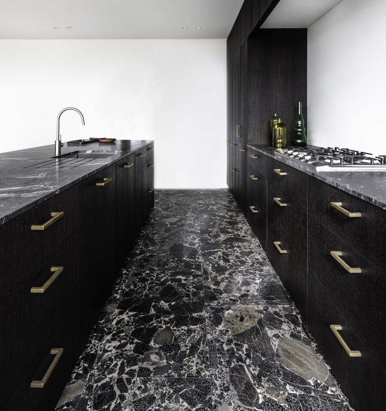 Zwarte keuken met brons meubelbeslag van Dauby #keuken #zwartekeuken #keukentrend