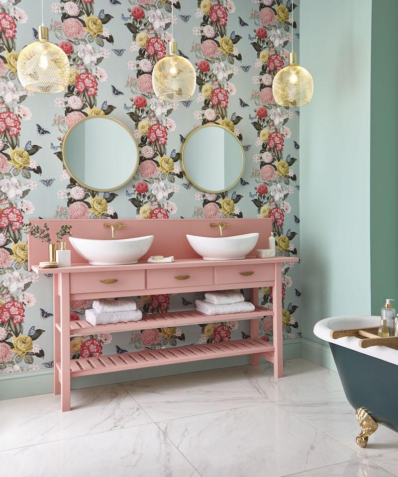 Badkamerinspiratie. Badkamer met bahang van Graham Brown #bloemen #behang #badkamer