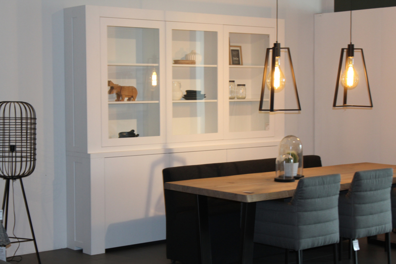 Witte houten vitrinekast Sam van House of Mayflower #interieurinspiratie #wooninspiratie #kast #houtenkast #houseofmayflower