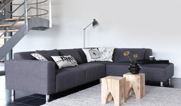 Interieur strakke bank met houten krukjes - House of MayFlower