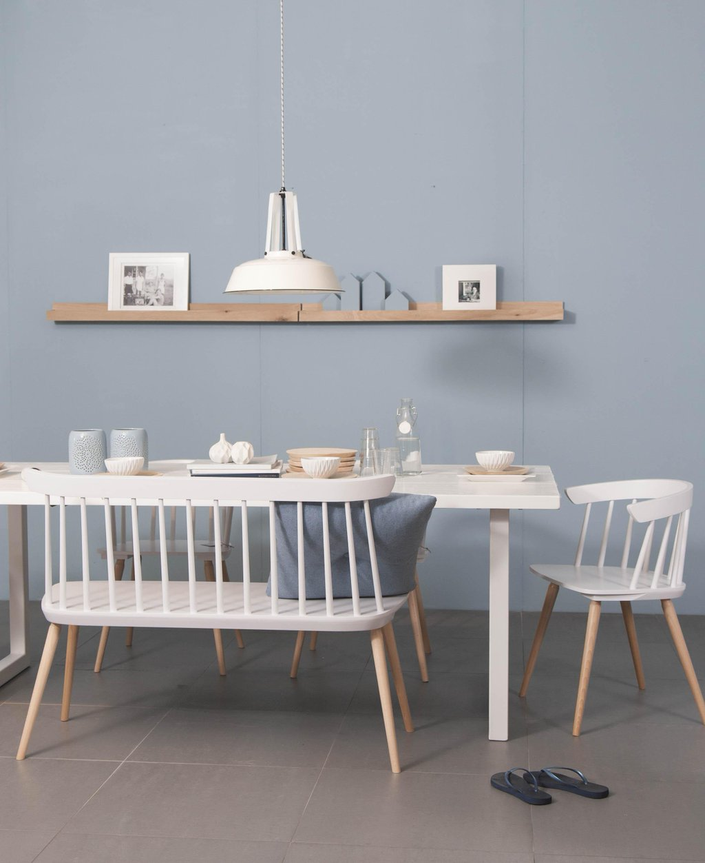 Eettafel met witte stoelen houten eettafel met verschillende stoelen in wittinten de lampen - Eettafel met stoelen ...