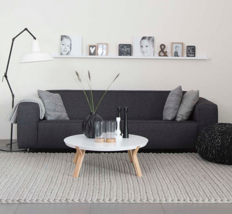 Interieur strakke bank met poef en witte houten salontafel - House of MayFlower