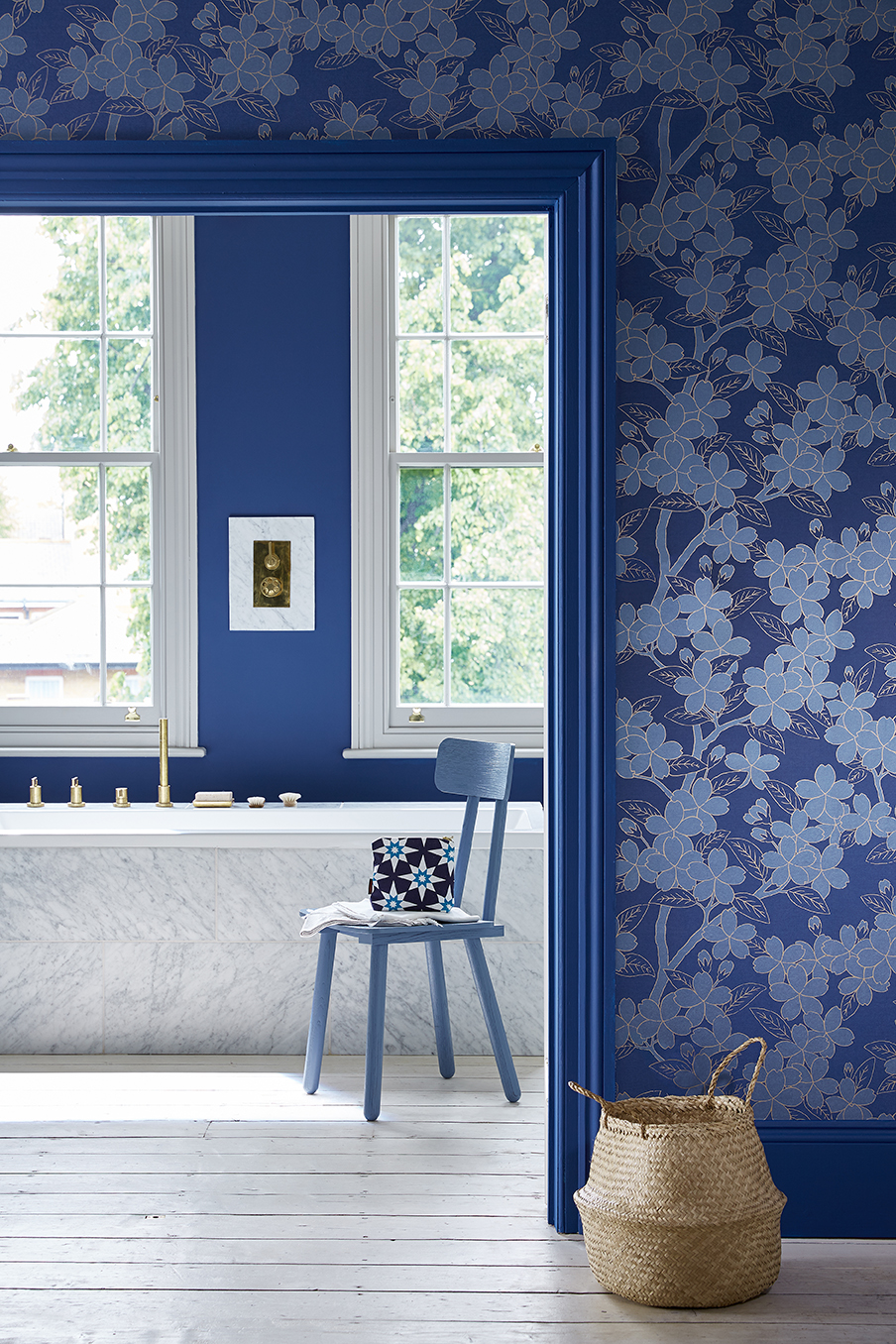 Interieur blauw en wit. Behang en verf Little Greene