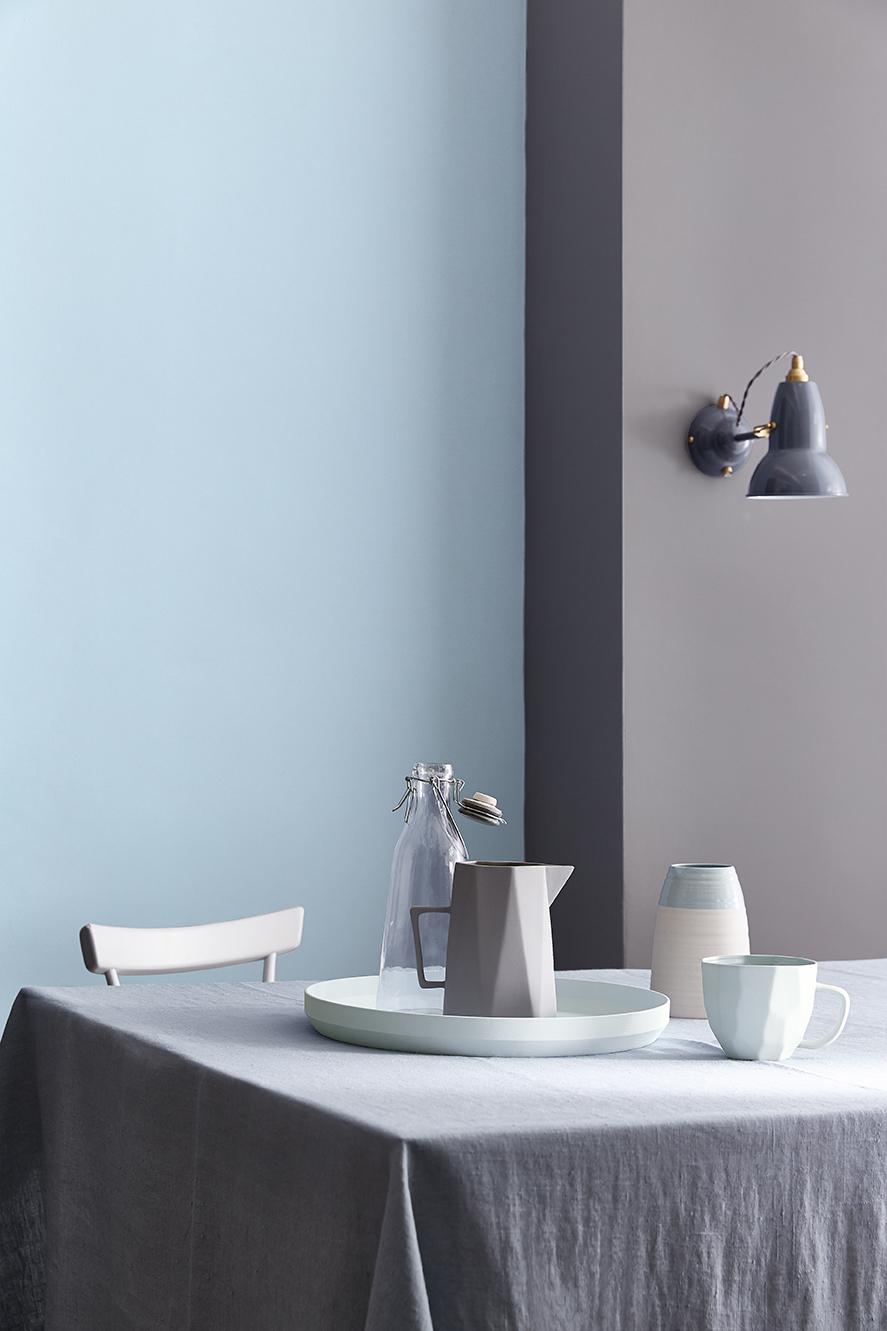 Verschillende blauw en grijstinten op de muur. Muurverf van Little Greene