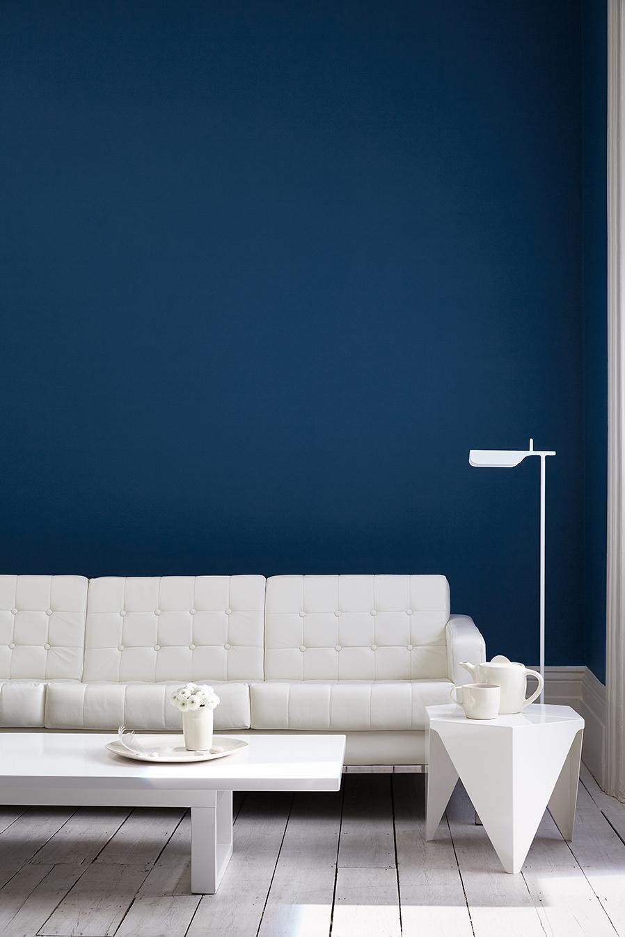 Interieur blauwe muurverf Little Greene met witte houten vloer