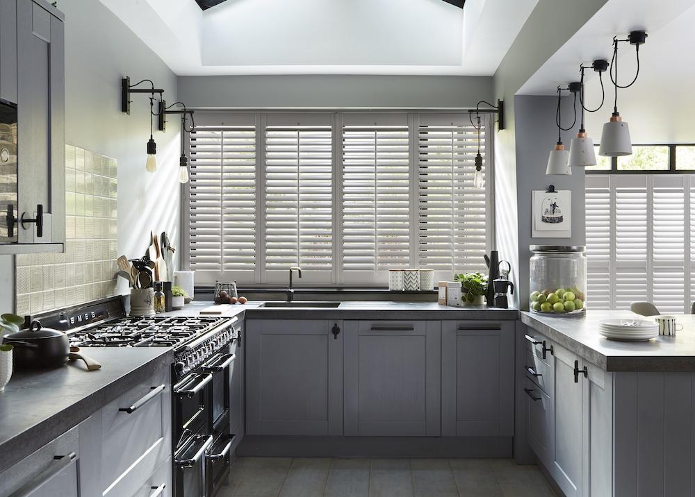 Shutters in de keuken #shutters #keuken #keukenidee #keukeninspiratie #raambekleding #luxaflex
