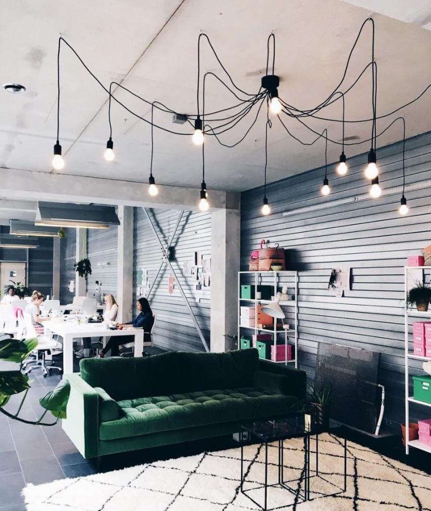 Fluweel, beton en messing waren de populairste trends van het afgelopen jaar 90's minimalisme, kristal en corduroy zullen de interieurs in 2019 gaan domineren #made #interieur #design #interieurdesign #trends