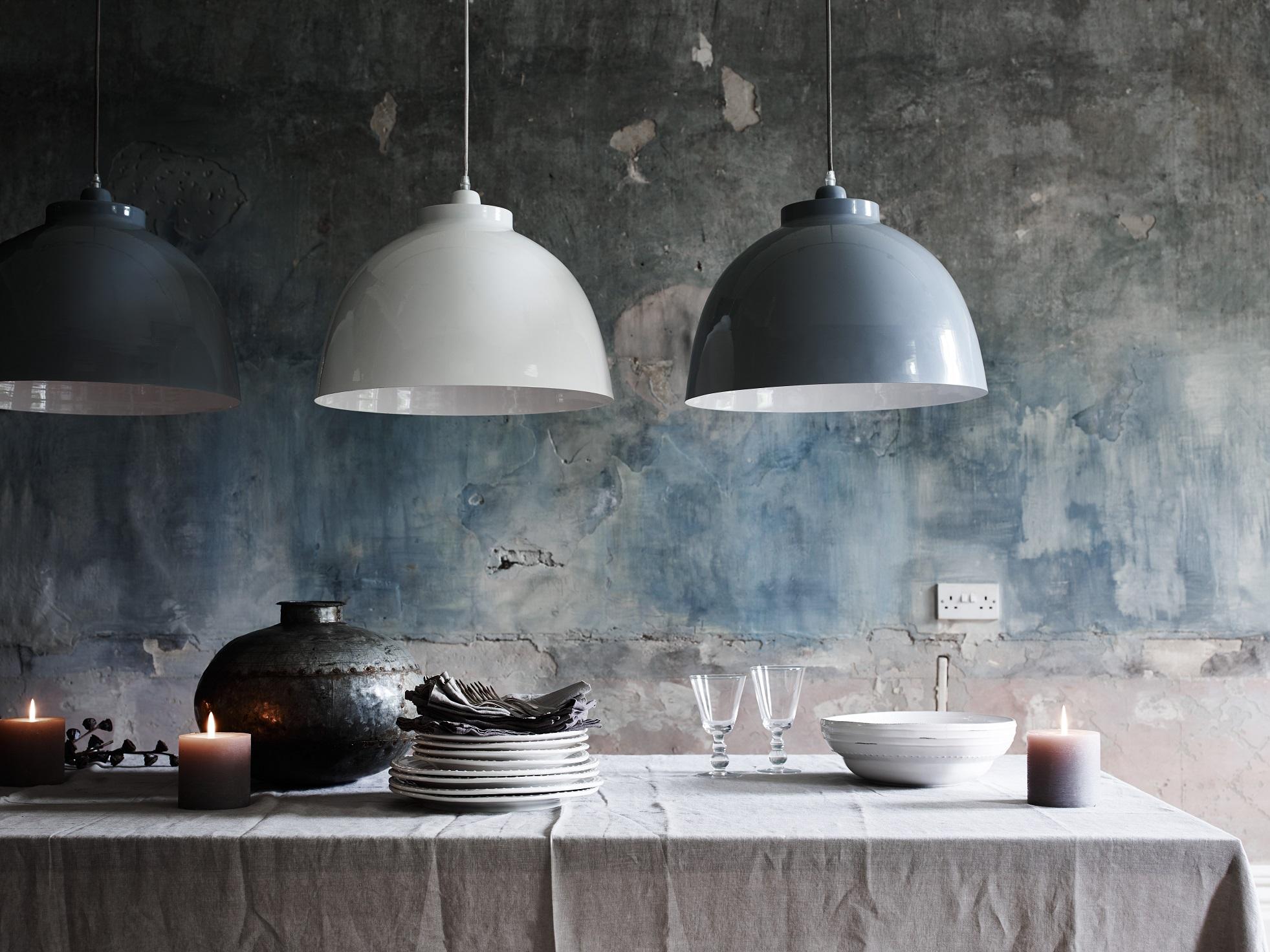 De Byron hanglampen van Neptune zijn prachtig in veelvoud boven de eettafel. In verschillende kleuren