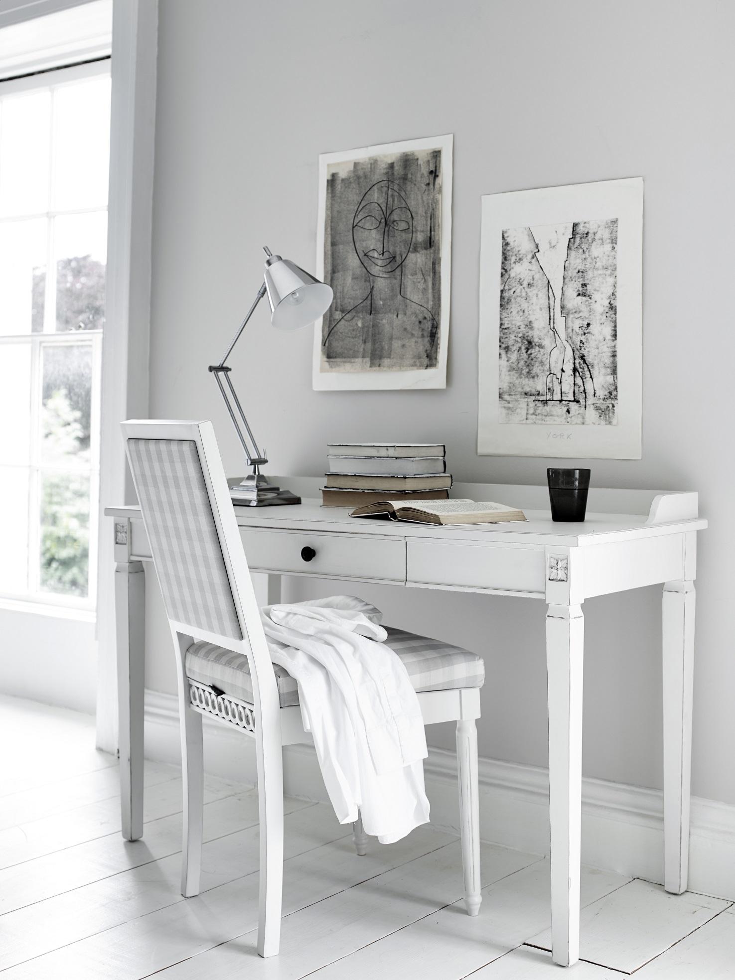 Scandinavisch wit interieur met bureaulamp Larsson van Neptune #kantoor