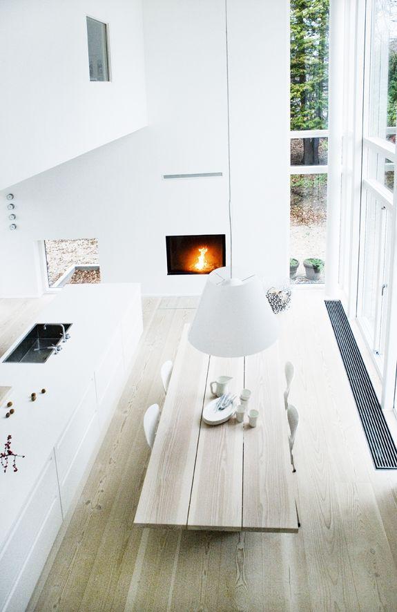 Witte keuken met haard #scandinavisch via bungalow5.dk