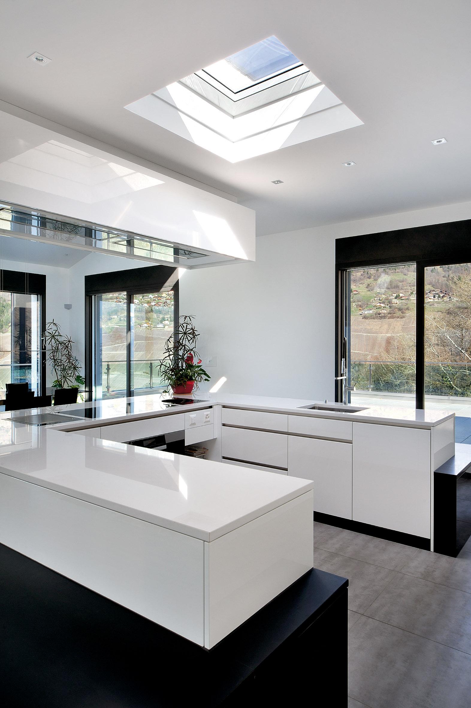 Keuken met VELUX lichtkoepel met buitenzonwering op zonne-energie