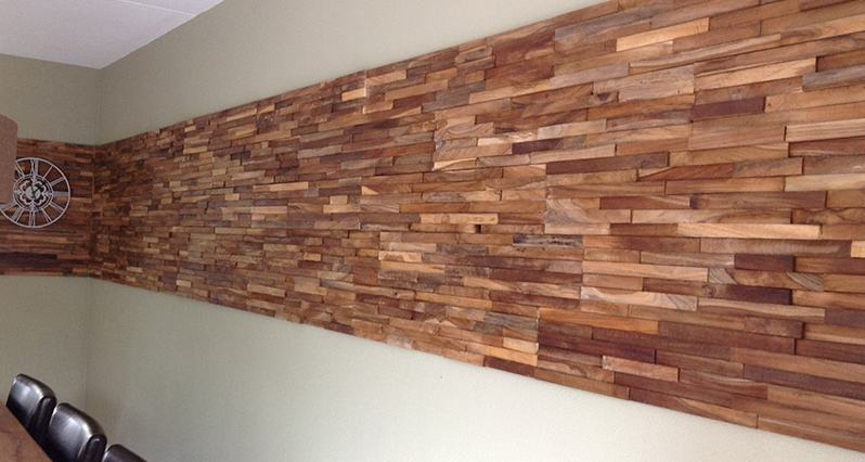 Houten wandbekleding: houtstrips van teakhout of sloophout via Woodindustries