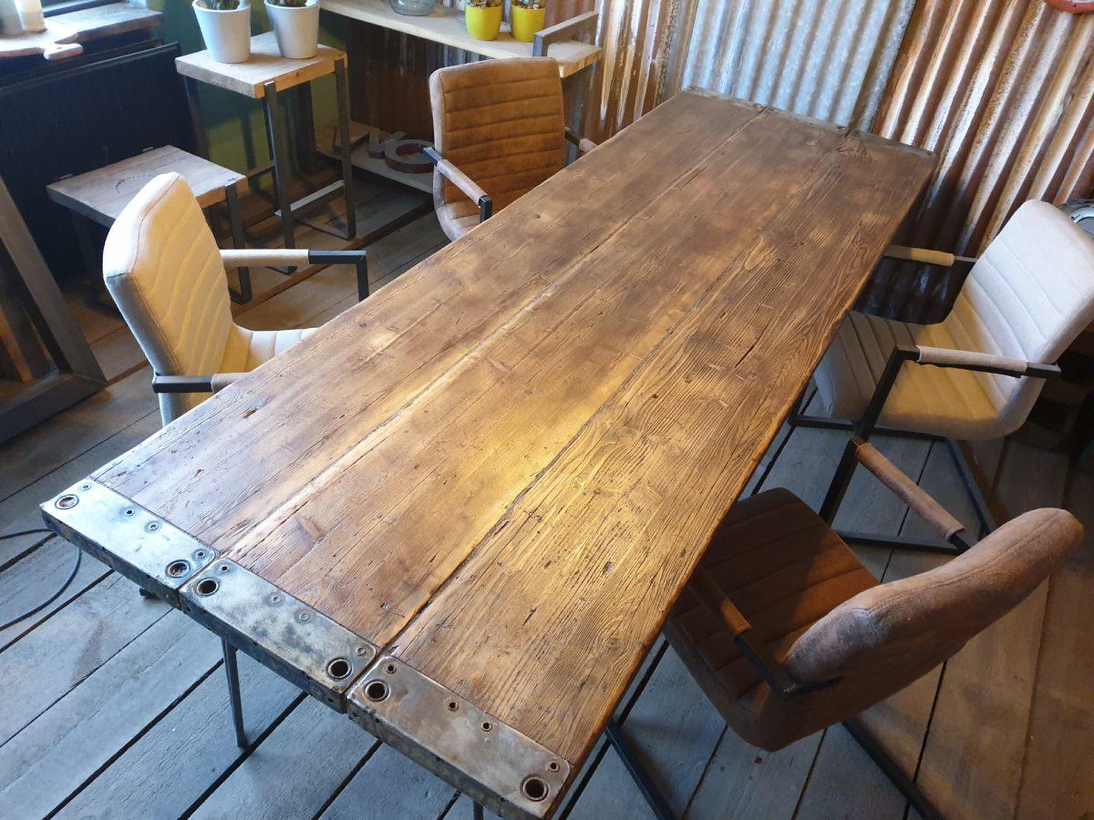 Woodindustries op maat gemaakte houten tafel met industriële look. Tafel Brexit via Woodindustries #brexit #tafel #houtentafel #woodindustries