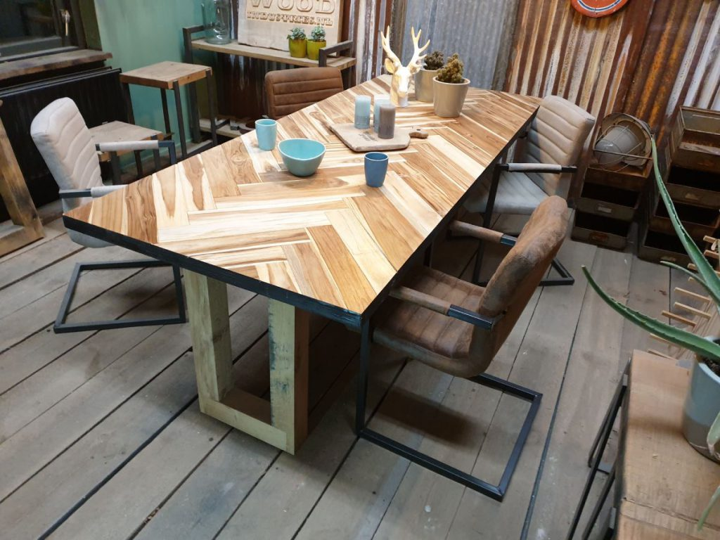 Houten tafel visgraat. Unieke houten visgraat tafel op maat gemaakt. Woodindustries. #woodindustries #tafel #houtentafel #visgraat #tafelopmaat
