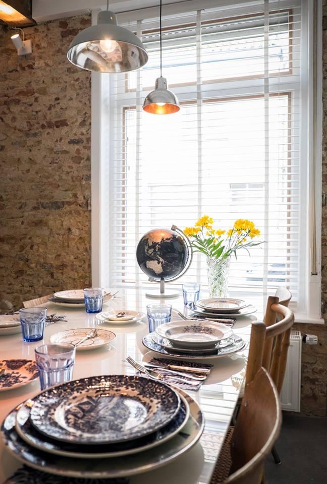 Interieur van CSAR Guesthouse in Brugge Belgie - tafel eetkamer