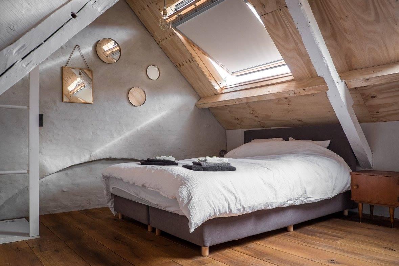 Interieur van CSAR Guesthouse in Brugge Belgie - slaapkamer op zolder
