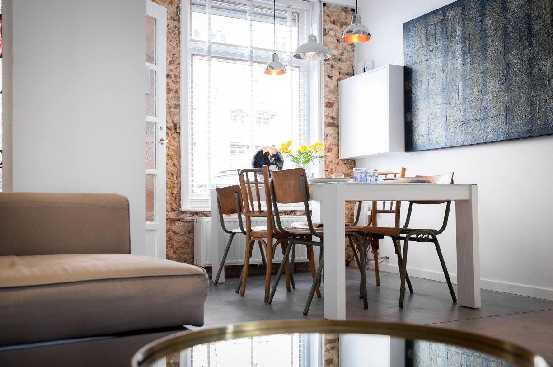 Interieur van CSAR Guesthouse in Brugge Belgie - living