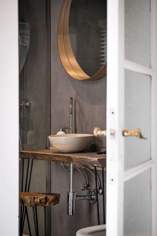 Interieur van CSAR Guesthouse in Brugge Belgie - badkamer met houten wastafel en waskom #design