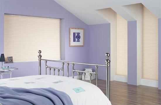 Slappkamer met plissé gordijnen via budgetjaloezieen.nl