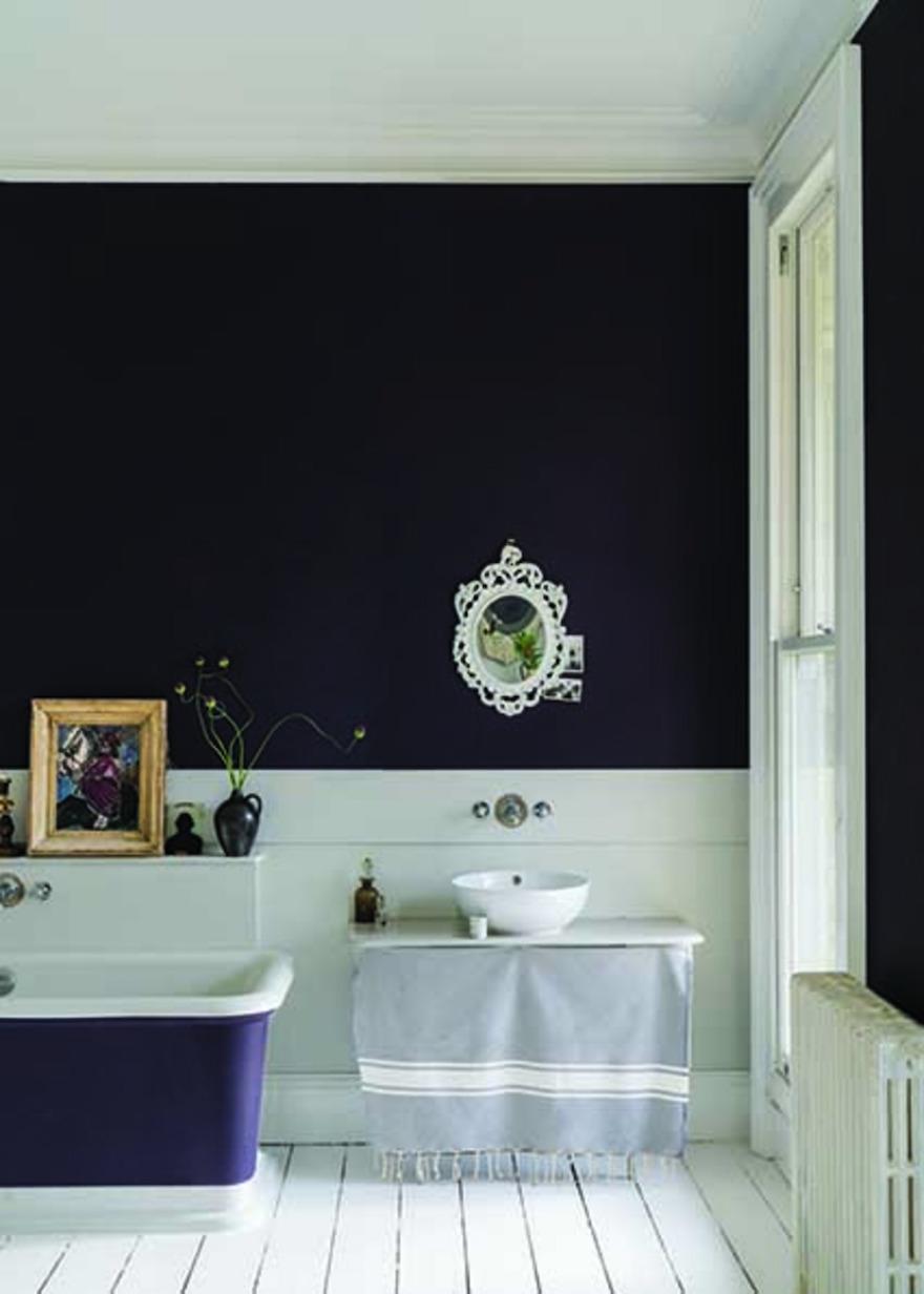 Nieuwe verfkleuren voor je badkamer van Farrow & Ball paean black #badkamer #interieur #interieurinspiratie #muurverf #kleur #farrowball