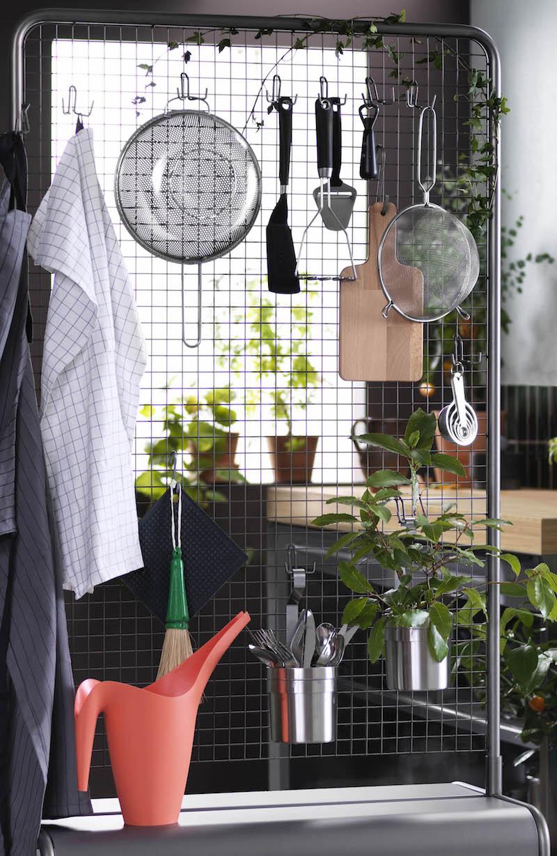 de multifunctionele opbergers uit de nieuwe VEBERÖD collectie ideaal voor jou. De scheidingswand van gaas en de stoere lage tafel hebben beiden wielen en zijn makkelijk te verplaatsen. De veelzijdige opbergers hebben een stoere, industriële look door de combinatie van metaal en berkenhout. #IKEA #keuken