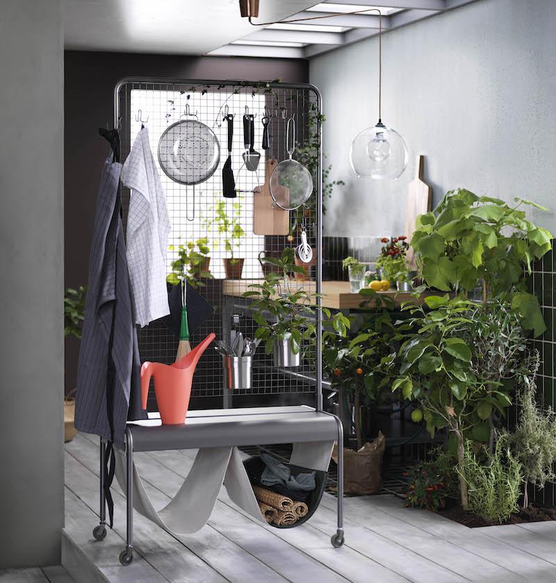 Ikea VEBERÖD multifunctionele opberger. De scheidingswand van gaas en de stoere lage tafel hebben beiden wielen en zijn makkelijk te verplaatsen. De veelzijdige opbergers hebben een stoere, industriële look door de combinatie van metaal en berkenhout.