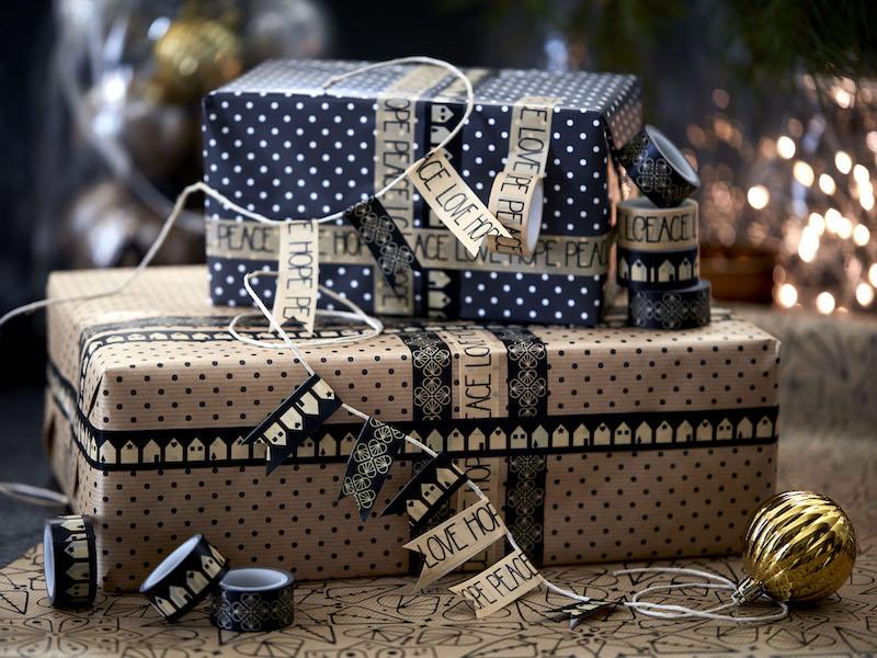 De luxe VINTER cadeauboxen en -tassen met folklore prints zijn een cadeau op zich. Personaliseer je cadeaus met feestelijke stickers en tape. #kerst #cadeaus