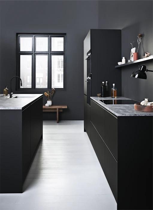 Keukentrends. Zwarte keuken met kookeiland. Kvik Prato #keukentrends #zwart #zwartekeuken #keuken #inspiratie #kookeiland
