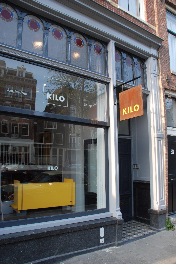 Dutch Design in Amsterdam. Winkel Kilo in de Westerstraat. . KILO is een uniek 'flat pack' meubelmerk van Amsterdamse bodem, gemaakt zonder schroeven, spijkers of lijm. Je meubelstuk wordt live in de winkel gemaakt, waarna je het direct thuis zonder gereedschap in elkaar kunt zetten. #kilo #dutchdesign #meubels #amsterdam