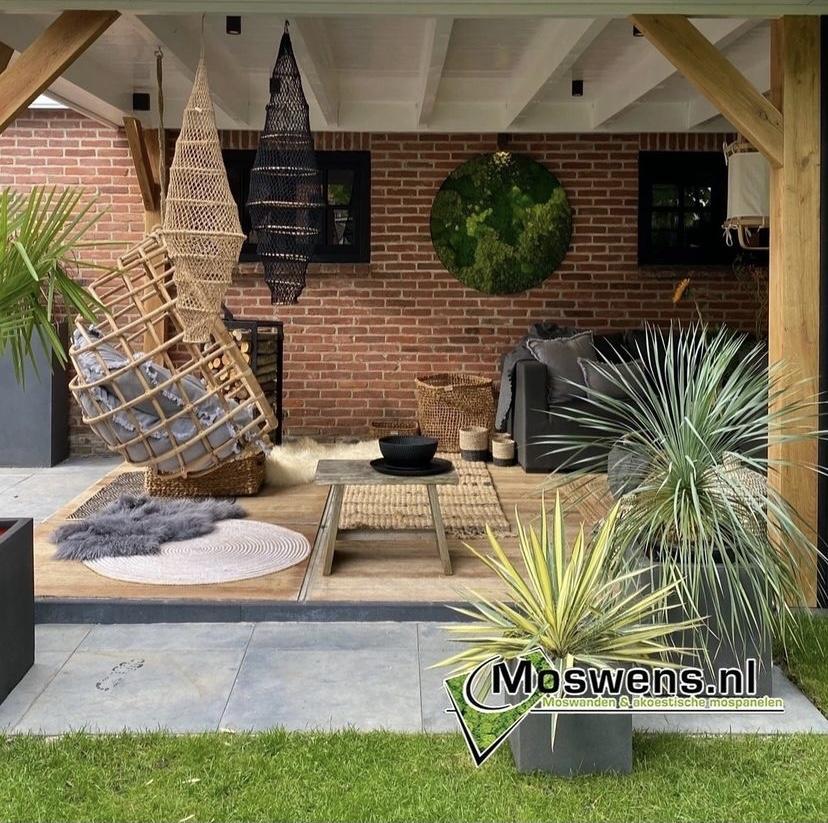 Veranda met muurdecoratie mosschilderij van Moswens #moswens #mosschilderij #tuin