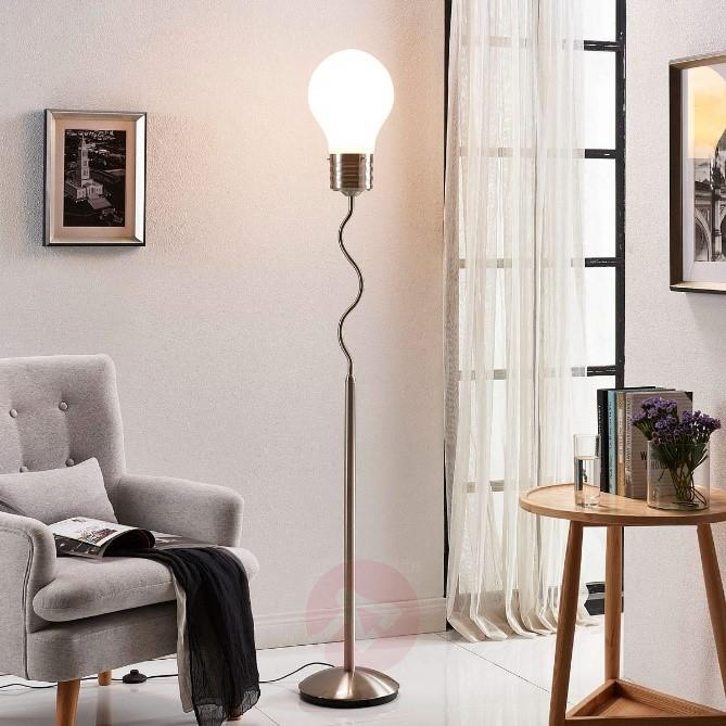 Vloerlampen. Verlichting voor een modern interieur. Vloerlamp met kap in gloeilampvorm #verlichting #vloerlampen #interieur